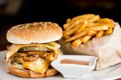 吃油炸物的汉堡干酪不健康 库存图片