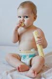 吃油炸马铃薯片的婴孩 免版税图库摄影