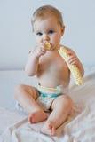 吃油炸马铃薯片的婴孩 库存图片