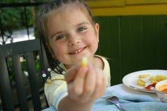 吃法国女孩土豆 免版税库存照片