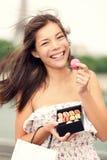 吃法国macaron巴黎妇女 免版税库存照片