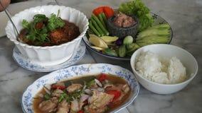 吃泰国南部的食物普吉岛地方膳食 股票视频