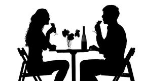 吃浪漫的夫妇晚餐,使叮当响的玻璃 股票视频