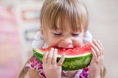 吃滑稽的西瓜的子项 免版税库存图片