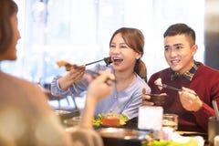 吃火锅的朋友在餐馆 免版税图库摄影