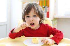2年吃炒蛋的男孩 健康营养 免版税库存照片
