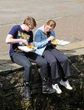 吃炸鱼加炸土豆片, Bakewell的少年 免版税库存照片