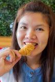 吃炸鸡的亚裔妇女 免版税库存照片