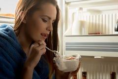 吃点心的妇女 免版税库存图片