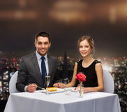 吃点心的微笑的夫妇在餐馆 图库摄影