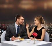 吃点心的微笑的夫妇在餐馆 免版税库存照片