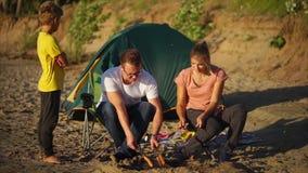 吃烤香肠的家庭在度假在乡下 股票录像