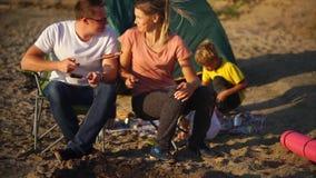 吃烤香肠的家庭在度假在乡下 影视素材