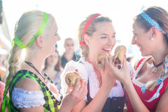 吃烤香肠的朋友在慕尼黑啤酒节 图库摄影