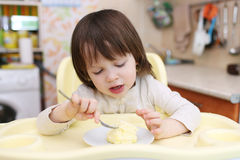 吃煎蛋卷的小孩 健康营养 免版税库存图片