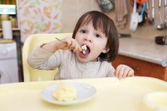 吃煎蛋卷的小孩 库存图片