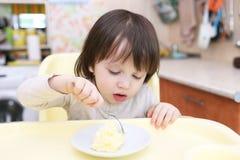 吃煎蛋卷的小男孩 库存图片