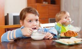 吃牛奶店早餐的孩子 免版税库存图片