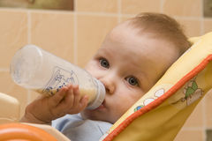 吃牛奶的婴孩小 免版税库存照片