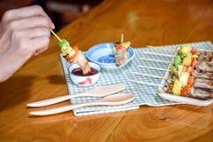 吃猪肉酒吧B Que& x28的女孩; BBQ& x29; 图库摄影