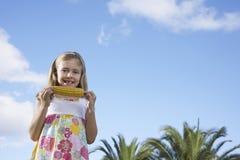吃玉米棒子的女孩画象 库存图片