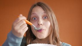 吃玉米片早餐4K UHD的青少年的女孩 股票录像