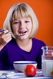 吃玉米片的女孩 免版税库存图片