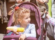 吃玉米的保加利亚女孩 库存照片