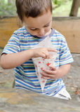 吃玉米花的孩子室外 免版税库存照片