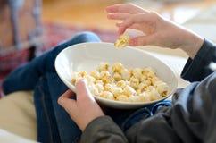 吃玉米花的孩子 免版税库存照片