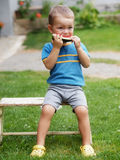 吃瓜的男孩 免版税库存照片