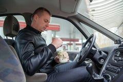 吃瓶子沙拉的男性 免版税图库摄影