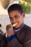 吃甘蔗的Nubian男孩画象 库存图片