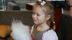 吃甜棉花糖的微笑的女孩 股票视频