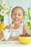 吃甜点心用莓果的女孩 库存照片