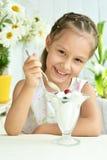 吃甜点心用莓果的女孩 免版税库存照片