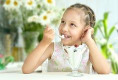 吃甜点心用莓果的女孩 免版税图库摄影