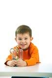 吃甜点的小男孩 免版税库存照片