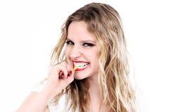 吃甜点的美丽的白肤金发的妇女 免版税库存图片