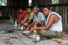 吃用在chitwan的手,尼泊尔的人们 免版税库存图片