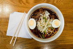 吃由筷子的拉面汤 免版税库存照片