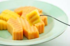 吃番木瓜和芒果 免版税库存图片