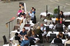 吃的人们晚餐户外 免版税库存照片