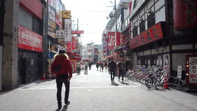 吃的人们走在购物附近和在大阪 股票录像