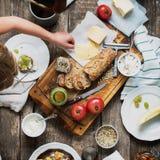 吃的准备快餐在木表上 免版税库存图片
