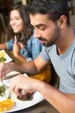 吃的夫妇午餐 免版税库存照片