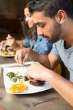 吃的夫妇午餐 图库摄影