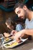吃的夫妇午餐 免版税库存图片