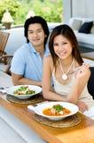 吃的夫妇午餐 免版税图库摄影