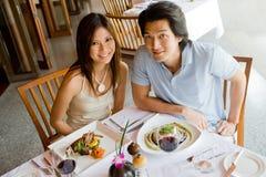 吃的夫妇晚餐 免版税图库摄影